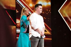 X-Factor semifinale den 24. marts 2017. I aften var det tid til årets X-Factor semifinale, hvor de 3 finalister skulle findes, og hvor deltagerne for første gang skulle optræde med to sange. Her er det Morten Nørgaard efter nummeret 'Mad World' samt vært Sofie Linde.. (Foto: Ida Guldbæk Arentsen/Scanpix 2017)
