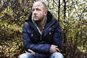 Den danske sanger, sangskriver, komponist, producer og skuespiller, Nikolaj Steen, har mistet sin gode ven, Peter Schiøtz, som han startede musikkarrieren sammen med.