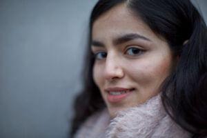 Endelig kan Rokhsar smile efter flere års ventetid og frygt for at blive sendt tilbage til en usikker fremtid i Afghanistan.«Nu kan jeg mærke livet igen, og alle mine venner i skolen glæder sig til jeg kommer tilbage,« siger Rokhsar til BT.