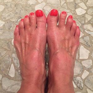 Tak for omsorgsfulde bemærkninger om mine fødder. De er 100 pct. sunde og velplejede. Ingen knyster. 350 dage om året uden strømper. Oftest i bløde bamsestøvler. De er rødlige lige nu pga. dejlige dage i solen (bruger ellers solcreme) – og mine grand prix-sko sidder perfekt, tak.