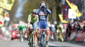 Enrico Gasparotto, der her vinder et cykelløb, sørger over tabet af sin gode ven, Michele Scarponi.