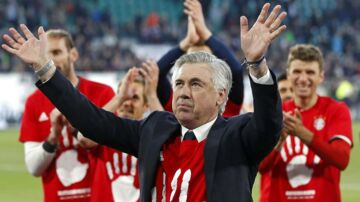 Carlo Ancelotti lader sig hylde som tysk mester.