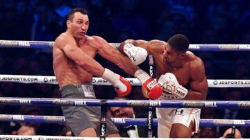 Storbritanniens Anthony Joshua (th) rammer Ukraines Wladimir Klitschko i en vanvittig femte runde af IBF-, IBO- og WBA, verdensmester-titelkampen i sværvægt i Wembley Stadium.