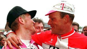 Holdkammeraterne Brian Holm (tv) og Bjarne Riis inden et cykelløb i Danmark i 1997.De vidste besked om hinandens doping i 1990.