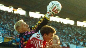 Peter Schmeichel med et andet indgreb i EM-finalen. Her i duel med John 'Faxe' Jensen og tyske Jürgen Klinsmann.
