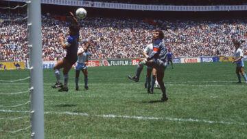 Maradona stiger i kvartfinalen ved VM i 1986 til vejrs foran Peter Shilton i det engelske mål og bruger hånden til at få bolden i nettet med Scanpix/Sven Simon
