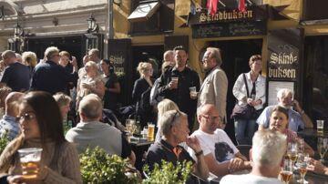"""Folkemøde på åben gade ved Kongens Nytorv om strid mellem Hviids Vinstue og ejendomsinvestors """"mafia-lignende metoder""""."""
