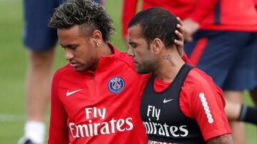 Dani Alves (th) er ligesom landsmanden, Neymar, skiftet til Paris Saint-Germain i denne sæson.