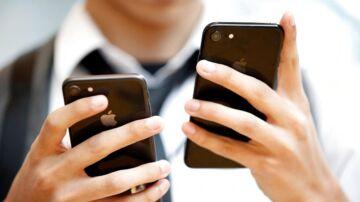 Forskellen mellem iPhone 8 (til venstre) og iPhone 7 (til højre) er så lille, at det smitter af på salget. Sidste års telefon går bedre end den helt nye model. Arkivfoto: Issei Kato, Reuters/Scanpix