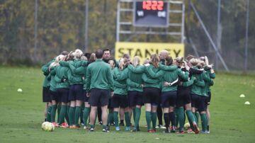 Kvindelandsholdet træner onsdag i Dragør, og efter opvarmningen blev træningen lukket for pressen.