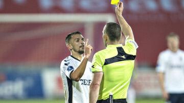 Dino Mikanovic fik to gule kort i opgøret mod Lyngby. Det ene var på banen, mens det andet blev uddelt i pausen. Scanpix/Henning Bagger