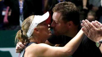 David Lee har valgt at stoppe sin karriere som basketspiller, og det fik Caroline Wozniacki til at arrangere surprise-party. Billedet er fra kvindernes sæsonfinale i tennis i sidste måned, som den 27-årige danske tennisstjerne vandt.