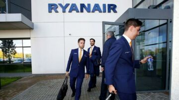 Kabinepersonale fra Ryanair forlader selskabets hovedkvarter i Dublin i september, hvor lavprisselskabet havde aflyst stribevis af flyafgange på grund af mangel på flypersonel.