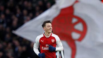 Mesut Özil helflugtede Arsenal på sejrskurs i hjemmekampen mod Newcastle. Reuters/Eddie Keogh