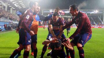Glade Eibar-spillere fejrer at have scoret det, der viste sig at blive sejrsmålet mod Valencia.