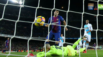 Luis Suarez scorede to gange, da FC Barcelona hjemme slog Deportivo La Coruña i Primera Division. Reuters/Albert Gea