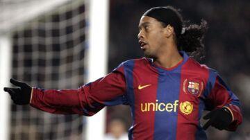 Ronaldinho fejrer et af sine mange mål i sin tid for FC Barcelona. Nu vælger brasilianeren officielt at stoppe sin karriere.