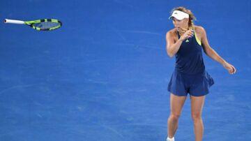 Caroline Wozniacki kaster med sin ketcher i frustration over en dommerkendelse. Hun vandt dog 6-4, 6-3 over Kiki Bertens fra Holland og er klar til ottndedelsfinalen i Australian Open.