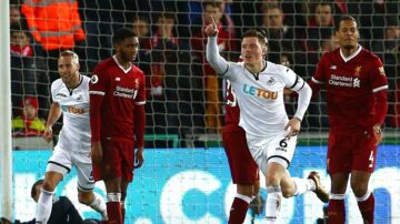 Swansea (hvide trøjer) vandt højst overraskende 1-0 over Liverpool-