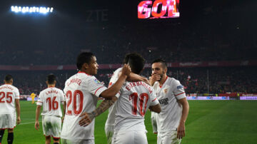 Sevilla-spillerne fejrer en scoring mod Atlético Madrid. Scanpix/Cristina Quicler