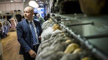 Pelsforretningen Stampe, der har ligget i Østergade i 40 år, lukker på grund af for høj husleje. I stedet flytter forretningen til den anden - og billigere - ende af Strøget.