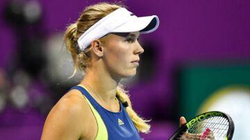 Caroline Wozniacki måtte se sig slået i semifinalen i Qatar Total Open, og dermed ryger førstepladsen på verdensranglisten.