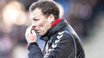AaB's træner Morten Wieghorst i aktion på sidelinien i søndagens Superliga-kamp i Aalborg mod FC Nordsjælland.