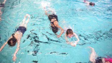 I Tingbjerg er flere hundrede piger med indvandrerbaggrund begyndt til svømning, efter Hovedstadens Svømmeklub har kønsopdelt svømmeundervisningen og afskærmet hallens vinduer. Men er det integration eller det modsatte?