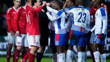 Danmarks Thomas Delaney diskuterer med Panama spillere under venskabskampen mellem Danmark-Panama på Brøndby Stadion torsdag den 22 marts 2018.. (Foto: Liselotte Sabroe/Scanpix 2018)