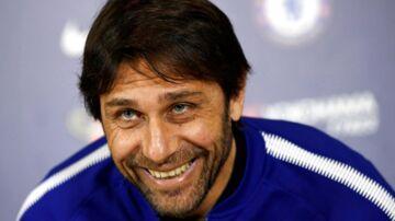 Den italienske manager Antonio Conte smiler forlegent, da hans kone ringer under et pressemøde onsdag forud for Premier League-kampen mellem Chelsea og Burnley.