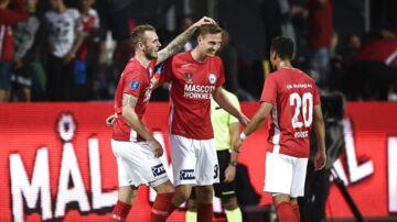 Silkeborg-spillerne fejrer kampens ene scoring.