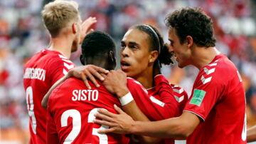 De danske spillere fejrer scoringen til 1-0.