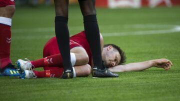William Kvist bliver skadet allerede i første halvleg af kampen mod Peru.