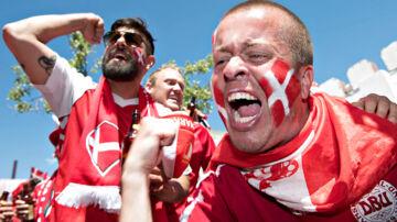 TIL BT! Danske fans varmer op på Maiden Tower før kampen mod Australien på Samara Arena.