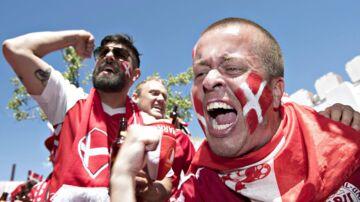 Danske fans varmer op på Maiden Tower før kampen mod Australien på Samara Arena.