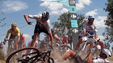Selv den store favorit, Sky-rytteren Chris Froome, kunne ikke holde sig på cyklen gennem hele etapen.