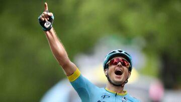 Jakob Fuglsang jubler efter sin etapesejr i Schweiz Rundt.