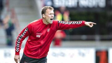 AaB's cheftræner Morten Wieghorst i aktion på sidelinien i sidste weekends Superliga-hjemmekamp mod FC Nordsjælland.