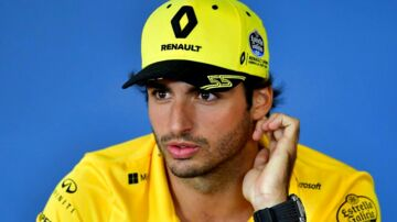 Renault's Spanish driver Carlos Sainz Jr gestures during the drivers press conference ahead of the Formula One Hungarian Grand Prix at the Hungaroring circuit in Mogyorod near Budapest, Hungary, on July 26, 2018. / AFP PHOTO / ANDREJ ISAKOVIC