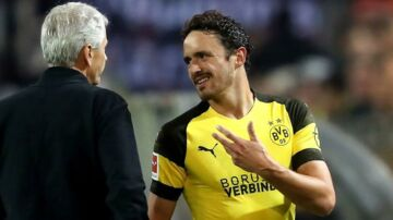epa07021168 Dortmund's head coach Lucien Favre (L) talks to Dortmund's Thomas Delaney (R) during the German Bundesliga soccer match between Borussia Dortmund and Eintracht Frankfurt in Dortmund, Germany, 14 September 2018. EPA/FRIEDEMANN VOGEL CONDITIONS - ATTENTION: The DFL regulations prohibit any use of photographs as image sequences and/or quasi-video.