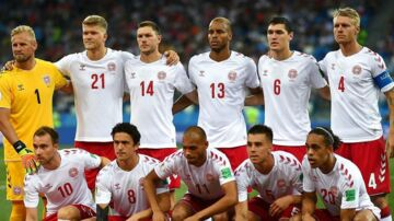 (ARKIV) Denmark's team players (from left) Denmark's goalkeeper Kasper Schmeichel, Denmark's forward Andreas Cornelius, Denmark's defender Henrik Dalsgaard, Denmark's defender Mathias Jorgensen, Denmark's defender Andreas Christensen, Denmark's defender Simon Kjaer, Denmark's midfielder Christian Eriksen, Denmark's midfielder Thomas Delaney, Denmark's forward Martin Braithwaite, Denmark's defender Jonas Knudsen and Denmark's forward Yussuf Poulsen listen to the national anthems before the Russia 2018 World Cup round of 16 football match between Croatia and Denmark at the Nizhny Novgorod Stadium in Nizhny Novgorod on July 1, 2018. En konflikt mellem DBU og Spillerforeningen ser ud til at kunne afblæses i denne omgang. Det skriver Ritzau, søndag den 2. september 2018.. (Foto: JOHANNES EISELE/Ritzau Scanpix)