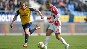 Aabs Rasmus Thellufsen (18) foran Hobros JOnas Brix-Damborg under Superliga-kampen mellem Hobro IK og Aab på DS Arena i Hobro søndag den 23. september 2018. (Foto: Henning Bagger/Scanpix 2018)