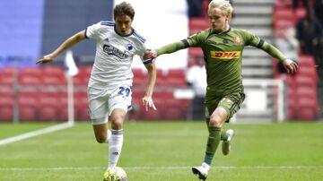FCK's Robert Skov (tv.) forsøger at løbe fra FC Nordsjællands Nicklas Strunck (th.).