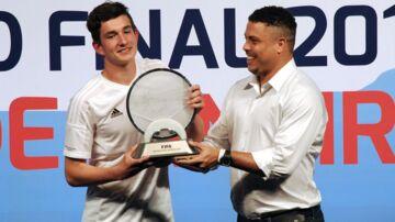 August Rosenmeier blev for alvor et kendt ansigt, da han i 2014 blev verdensmester. Her får han overrakt pokalen af selveste Ronaldo.