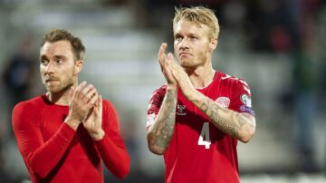 Danmarks Christian Eriksen 10 og Simon Kjær 4 hilser på publikum efter Nations League fodboldkampen mellem Danmark og Wales på Aarhus Stadion søndag den 9 september 2018. (Foto: Bo Amstrup/Scanpix 2018)