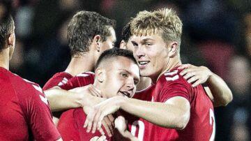 Danmarks Mikkel Duelund har scoret til 2-0 i U21 EM-kvalifikationskampen mellem Danmark og Færøerne på Aalborg Stadion.