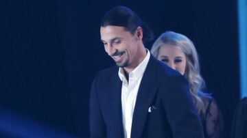 Zlatan Ibrahimovic fik prisen som årets angriber ved den svenske fodbold-galla.