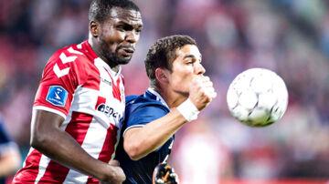AaB's Jores Okore i duel med FC Københavns Pieros Sotiriou i forårets Superliga-kamp mellem de to klubber.