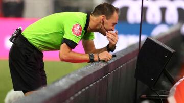 I Bundesligaen bruger man allerede VAR-systemet. Michael Dalder/Reuters