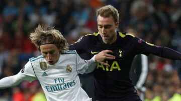Soccer Football - Champions League - Real Madrid vs Tottenham Hotspur - Santiago Bernabeu Stadium, Madrid, Spain - October 17, 2017 Tottenham's Christian Eriksen in action with Real Madrid's Luka Modric REUTERS/Sergio Perez